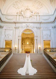 san francisco city hall bridal portrait pronovias gown | Photography: Larissa Cleveland Photography