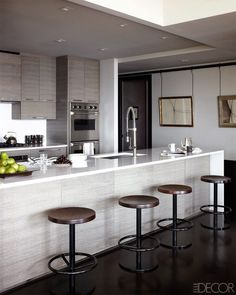 Keep your kitchen inside all the trends with these amazing Mid-century and Modern Kitchen Decor Ideas! www.delightfull.eu #interiordesign #homedecor #kitchendecor #kitchendesignideas #kitchenlighting #modernlighting #kitchenlightfixtures #contemporarylighting