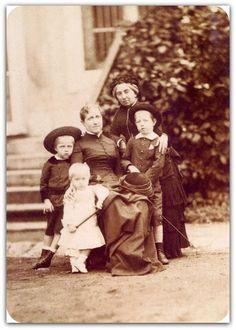 Isabel do Brasil com seus filhos e a condessa de Barral - Marc Ferrez  da esquerda para a direita: Luís (1878-1920), Antônio (1881-1918), Isabel (1846-1921), Barral (1816-1891) e Pedro (1875- 1940). Data cerca de 1883  http://sergiozeiger.tumblr.com/post/104670556003/marc-ferrez-rio-de-janeiro-7-de-dezembro-de-1843