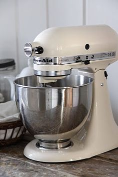 kitchen aid mixer. this is just beautiful.
