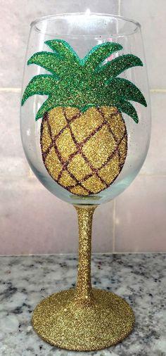 Glitter Pineapple wine glass by GlittersGalore on Etsy Cute Pineapple, Pineapple Craft, Pineapple Decorations, Pineapple Glasses, Pineapple Room, Pineapple Kitchen, Pineapple Express, Gold Pineapple, Painted Wine Glasses