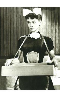 Audrey Hepburn x Cigarette Girl x Inspiration Vintage x Photographie Audrey Hepburn Outfit, Audrey Hepburn Mode, Audrey Hepburn Photos, Aubrey Hepburn, Katharine Hepburn, Viejo Hollywood, Old Hollywood, Hollywood Stars, Classic Hollywood