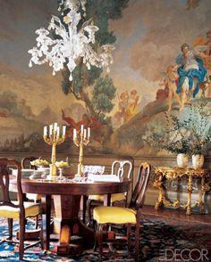 Visite d'une belle villa en Toscane avec de somptueux décors peints à fresque dans la grande tradition italienne. Cette villa appartient à la célèbre famille de chausseurs et créateurs de mode italiens : les Ferragamo.