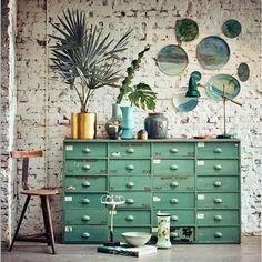 Vintage meubels, een grove stenen muur en een oud turqoise kleur =[…