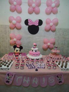 Painel com flores de bexiga e moldura da Minnie com laço rosa