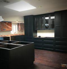 15 astonishing black kitchen cabinets black kitchens for Folini arredamenti