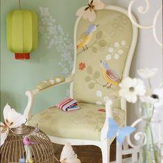 Des oiseaux naïfs peints sur un fauteuil en tissu http://www.marieclaireidees.com/,un-fauteuil-peint-d-oiseaux-naifs,2610153,98448.asp