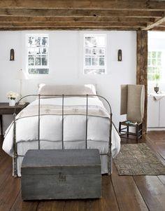 Landelijke slaapkamer met houten balken.