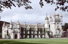 Balmoral Castle - Summer home of the Queen of England and her family. Vila Medieval, Medieval Castle, Scotland Castles, Scottish Castles, Beautiful Castles, Beautiful Buildings, Parks, Castle Ruins, Second Empire