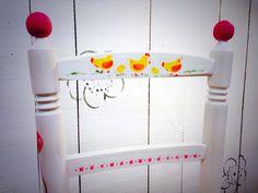 Pintando sillitas infantiles en nuestra clases de manualidades y crafts.  WWW.galeriapurpura.com
