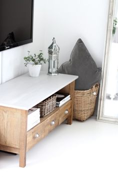 This TV bench was originally in oak, so the color was kind of yellowish. After two coats of driftwood stain so it became a bit grayer. Its top was painted in light gray and some sanding was done to it afterwards to allo the wood shine through the paint. The knobs were replaced and the TV bench become a real beauty.