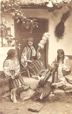 Moldavia Romania women spinning wool | Old Romania – Adolph Chevallier photography