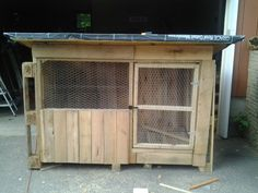 Turkey house made mostly out of pallets. Pallet Dog House, Dog House Plans, Turkey Farm, Chicken Pen, Chicken Coops, Duck House, Hobby Farms, Small Farm, Coq