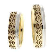 Verighetele ATCOM Lux IASMINA sunt confectionate din aur galben, gravat cu un model inspirat din cultura romaneasca si contin o bentita laterala din aur alb, pentru un efect estetic deosebit. Gold Rings, Bangles, Wedding Rings, Rose Gold, Engagement Rings, Aur, Jewelry, Fine Art, Diamond