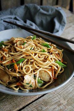 """""""Hi, ich bin Rina und ich bin süchtig nach asiatischem Essen."""" - """"Hallo, Rina!"""" So oder so ähnlich könnte ich mir mein Treffen der anonymen Essbegeisterten vorstellen. Ich liebe asiatische Gerichte! Zu meinen Lieblingsgerichten gehören unter anderem Sommerrollen, chinesische Nudelsuppe, Gemüse aus dem Wok und alles mit Glas- oder Reisnudeln, wie zum Beispiel ein Reisnudelsalat. Außerdem habe ich schon immer gerne gebratene Nudeln beim Chinesen gegessen. Da die Nudeln aber ..."""