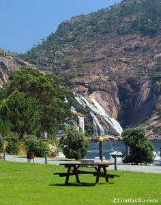 Área recreativa y cascada del río Ezaro al fondo Terra, Places To Travel, Golf Courses, Wanderlust, Koh Tao, Explore, World, Amazing, Nature