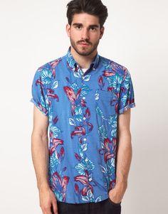 Normalmente cuando se habla de camisas estampadas lo primero en lo que pensamos es en cuadros y rayas, fáciles de combinar y una opción acertada que puede
