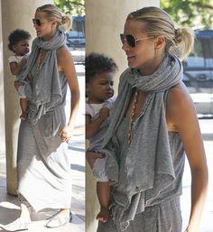 Heidi Klum met grijze outfit en grijze sjaal. #inspiratie