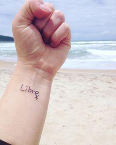 """Tattoo feminist Tatuagem feminista  """"Libre"""", do francês, """"Livre""""."""