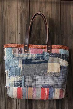 C'est le cabas de boro japonais, fait de vintage japonais sashiko dur cousu futonji indigo textiles et tapis sakiori vintage. Boro tissu sont coudre pièces ensemble par une couture de sashiko à la main.  Matériaux : -vintage fin des années 1800 sashiko dur cousu textiles futonji teint indigo (couette de lit traditionnel). -tissé à la main vintage boro sakiori textile bas. -code de l'Ouest vintage japonais maekake lié. -Sangles en cuir véritable avec des rivets en cuivre. -doublure en toile…