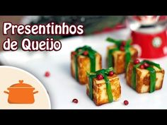 Receita de presentinhos de queijo de coalho para enfeitar a sua mesa de Natal! Confira outras receitas de Natal em www.panelaterapia.com Ingredientes - Quadr...