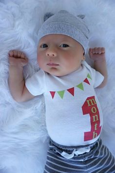 Free shipping in the USA Liv & Co.™ brings you the best in baby bodysuits & t shirts for babies, kids, & adults and this 1 month, gender neutral baby bodysuit is just the staple your child needs in his or her 1 month old photographs!  In red & green, this bodysuit is part of a series designed Liv & Co.™ from 1 month all the way up to 12 months old.