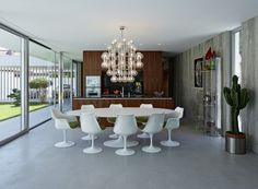 Colorful Saarinen Table and Tulip Chairs in the dining area at House A&B / Smertnik Kraut Architekten