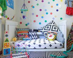 A @amomooui presente em mais um cantinho colorido! Uma decoração alegre e estimulante era o que a mammy @lauralovis queria ao planejar o quartinho do seu filho Nuno. As estampas CRUZ PRETE e AFRICA dominam o ambiente, junto com o adesivo de parede BOLAS COLORIDAS.   Fotografado pela @silviarossatofotografia. #criança #menino #bebê #decoração #quarto #quartinho #roupadecama #detalhe #inspiração #kids #children #baby #boy #decor #bedroom #nursery #detail #inspiration #syle