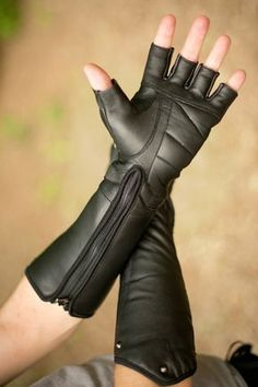The Razorpine Zipdown gauntlets Leather Armor, Leather Gloves, Mode Cyberpunk, Steampunk Accessoires, Gothic Mode, Batting Gloves, Body Armor, Character Outfits, Tactical Gear