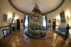 A decrorated 18' tree stands in the Blue Room during first lady Michelle Obama's preview of the 2015 holiday decor at the White House December 2, 2015 in Washington, DC.