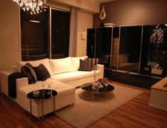 インテリアコーディネート リビングルーム|飾り棚もテーブルも ブラックガラスで統一すると 高級感がありますね。 隠す収納ですっきりとした リビングに。