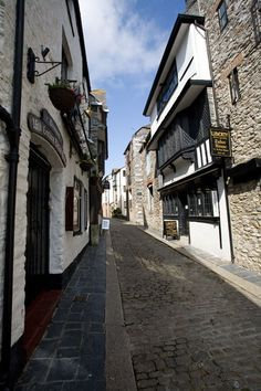 New Street in Plymouth's Barbican district. This is the oldest part of the city and survived the Blitz mostly unscathed. Amongst the tudor buildings is the National Trust Elizabethan House museum, Devon, England