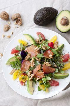 Salat mit Lachs, Avocado und Walnüsse