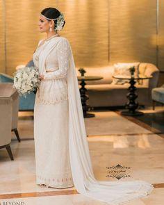 Brides by Dil Sapukotanage (Image credits unknown) Sri Lankan Wedding Saree, Wedding Sari, Desi Wedding, Elegant Wedding Dress, Wedding Looks, Wedding Bride, Wedding Guest Style, Wedding Styles, Wedding Ideas