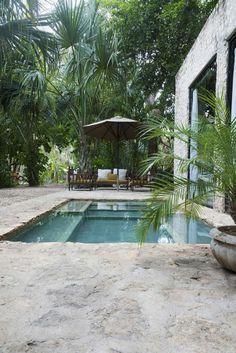 décor tropical et ambiance apaisante, aménager une petite piscine au design naturel, contour piscine en pierre naturelle