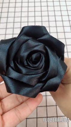Fabric Roses Diy, Diy Lace Ribbon Flowers, Paper Flowers Craft, Diy Ribbon, Ribbon Crafts, Ribbon Rose, Black Ribbon, Flower Making With Ribbon, Rose Crafts