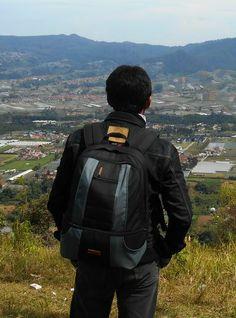 Tas ransel atau tas backpack dengan kode 1706 hitam abu adalah tas yang fungsinya untuk membawa kamera dan aksesoris kamera serta laptop.   DIMENSI : 44 (tinggi) x 32 (lebar) x 20 (tebal) cm  KAPASITAS : 1 kamera lensa terpasang, 1-2 lensa, 1 flash, aksesoris – Laptop maksimal 14″, TRIPOD HOLDER RAINCOVER / PARASIT PELINDUNG HUJAN sudah termasuk dalam pakaet penjualan