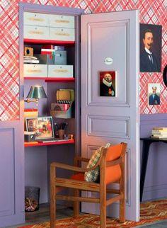 Un petit bureau dans un placard