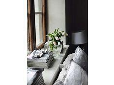 Come rendere stilosi i davanzali interni delle finestre - Davanzale con libri e piante
