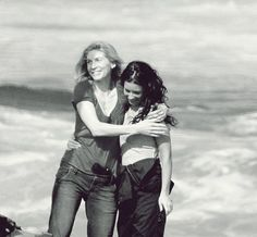 Elizabeth Mitchell (Juliet) and Evangeline Lilly (Kate) on the set of LOST.