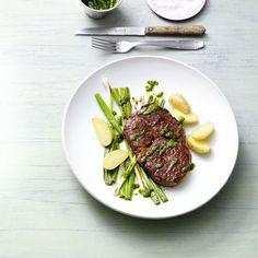 Feiner Frühlingsbote: Das selbst gemachte Bärlauchöl dient zum Würzen der Steaks und liefert ganz nebenbei noch frische Vitamine.