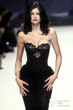 Stephanie Seymour, Chanel 1995 - Pin it by Gustavo Bueso Jacquier Aesthetic Fashion, Look Fashion, 90s Fashion, Runway Fashion, High Fashion, Fashion Show, Vintage Fashion, Fashion Outfits, Fashion Design