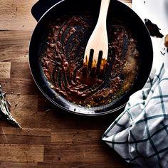 Hvis du varmer krydderurter op, før du støder dem, frigives olierne nemmere. Du…