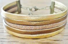 Bracelet manchette en cuirs et suédine dorés. Or, Bronze... : Bracelet par sylviepacotilles