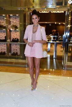 A bolsa da atriz é da grife Carolina Herrera que custa R$ 4.255