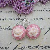 Valkoiset ruusut vaaleanpunaisella pohjalla #ruusucamee #vanhanaikainenkoru #vintage #roses #helmipaikka
