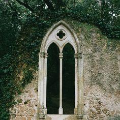 Quinta das Lágrimas foi cenário para o mais conhecido romance português, era ali que Inês é Pedro se encontravam secretamente. Hoje não é nada secreto e você pode descobrir cada ponto dessa história por um parque que é mesmo muito romântico 😍 #coimbra #quintadaslagrimas #camoes #pedroeines #visitportugal #portugal