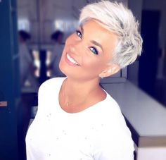 How to style the Pixie cut? Despite what we think of short cuts , it is possible to play with his hair and to style his Pixie cut as he pleases. Short Grey Hair, Short Hair Cuts For Women, Short Hairstyles For Women, Short Pixie Haircuts, Girl Haircuts, Pixie Hairstyles, Hairstyles 2016, Pixie Cut Kurz, Pixie Cuts