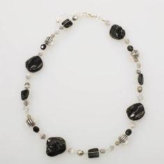 Halsketting met zwarte schelpkralen - http://www.onlinejuwelenkopen.be/Halsketting-met-zwarte-schelpen?search=zwart