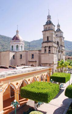 La Parroquia de San Miguel Arcángel  Templo que se erige en 1800 y que ha contado con una serie de distntas reconstrucciones y remodelaciones, que le dan su rostro actual.  Cortesía: Hugo Gonzaléz